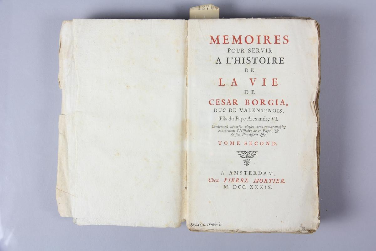 """Bok, häftad, """"Mémoires pour servir à l´histoire de la vie de Cesar Borgia"""", del 2, tryckt 1739 i Amsterdam. Pärm av marmorerat papper, oskuret snitt. Blekt rygg med etikett med titel och samlingsnummer."""