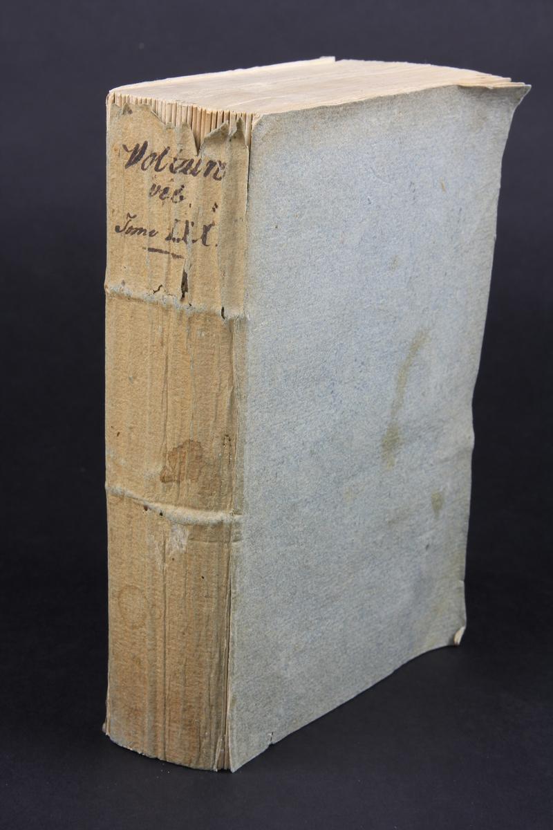 """Bok, häftad,""""Oeuvres complètes de Voltaire, Vie de Voltaire"""", del 70, tryckt 1789. Pärmen av gråblått papper, skurna snitt. På ryggen volymens namn och nummer. Ryggen blekt."""