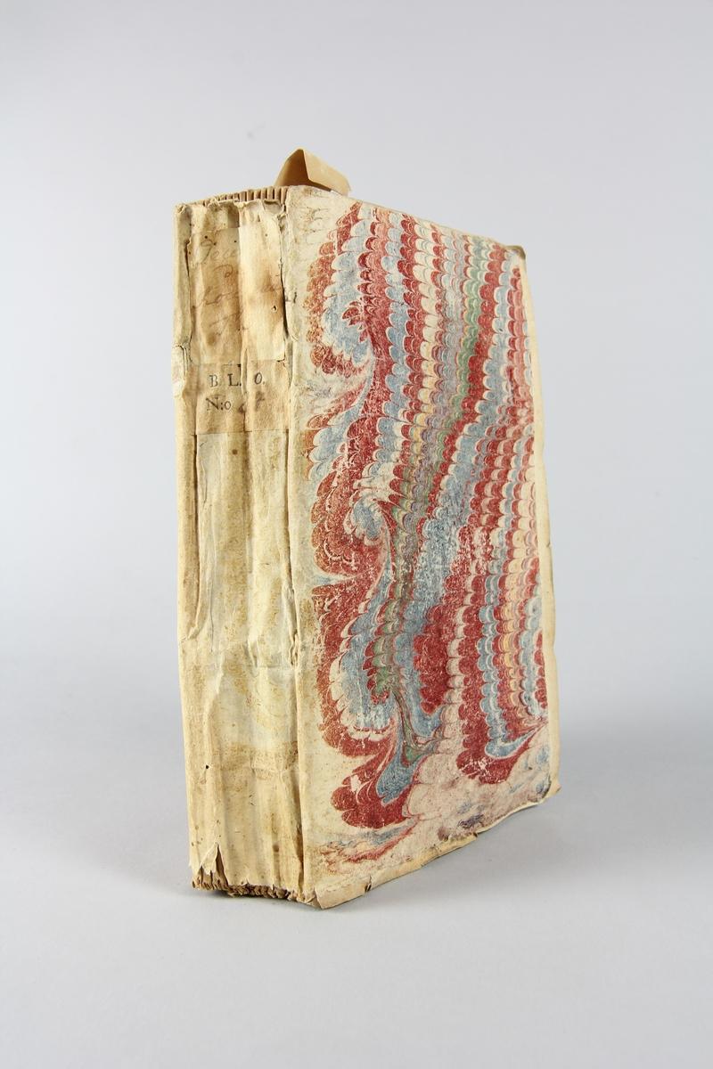 """Bok, häftad, """"Oeuvres diverses de Mr. Rousseau"""", del 3, tryckt 1734 i Amsterdam. Pärm av marmorerat papper, oskuret snitt. Blekt rygg med pappersetikett med volymens namn och samlingsnummer."""