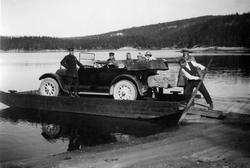 Bil på lekter ved Haugsjåsund, i forbindelse med biltur fra