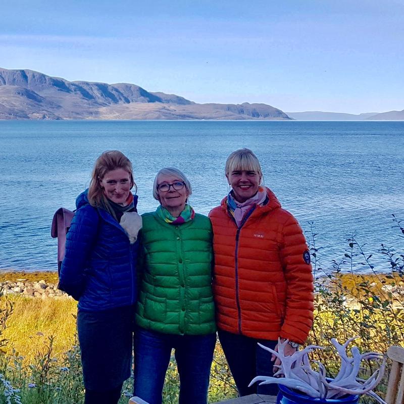 Anne Marie og Birte på besøk hos Marion Palmer i Kvalsund.