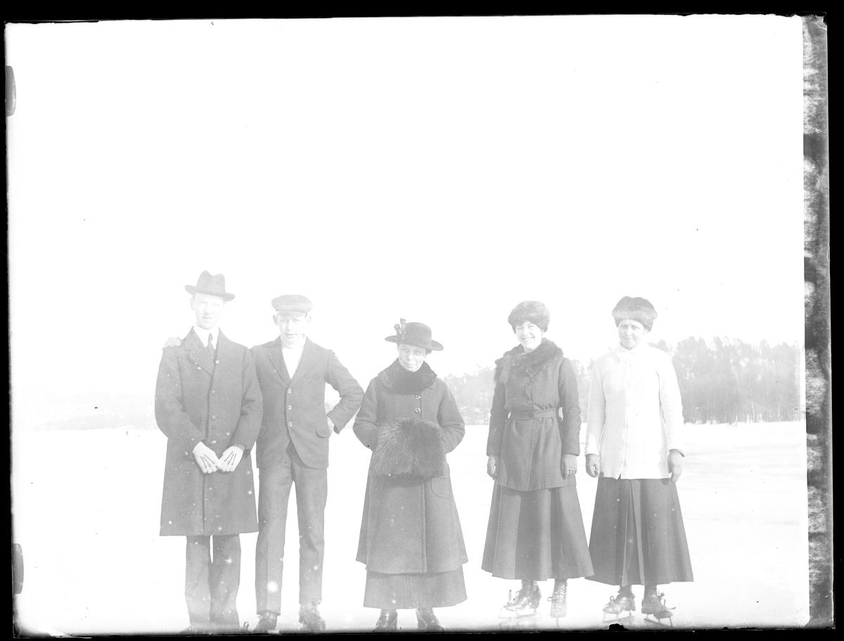 Helge, Hugo, Gerda och Elma Larsson samt Ingrid B på skridskor.