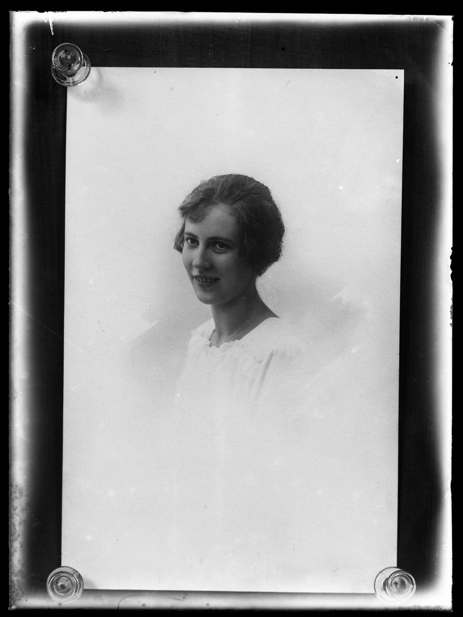Reprofoto av porträtt på Lisa Johansson i vit klänning.