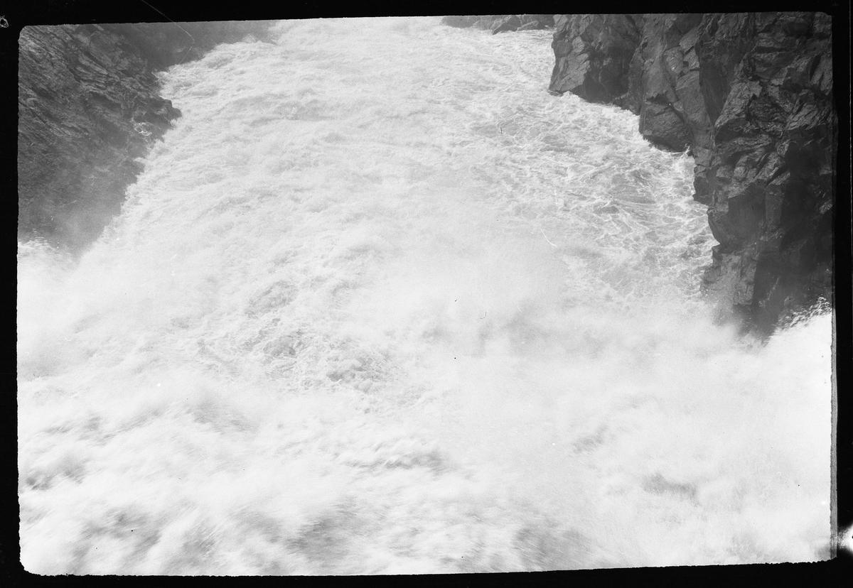 """Trollhättans vattenfall. I fotografens egna anteckningar står det: """"Resa Trollhättan - Lilla Edet."""""""