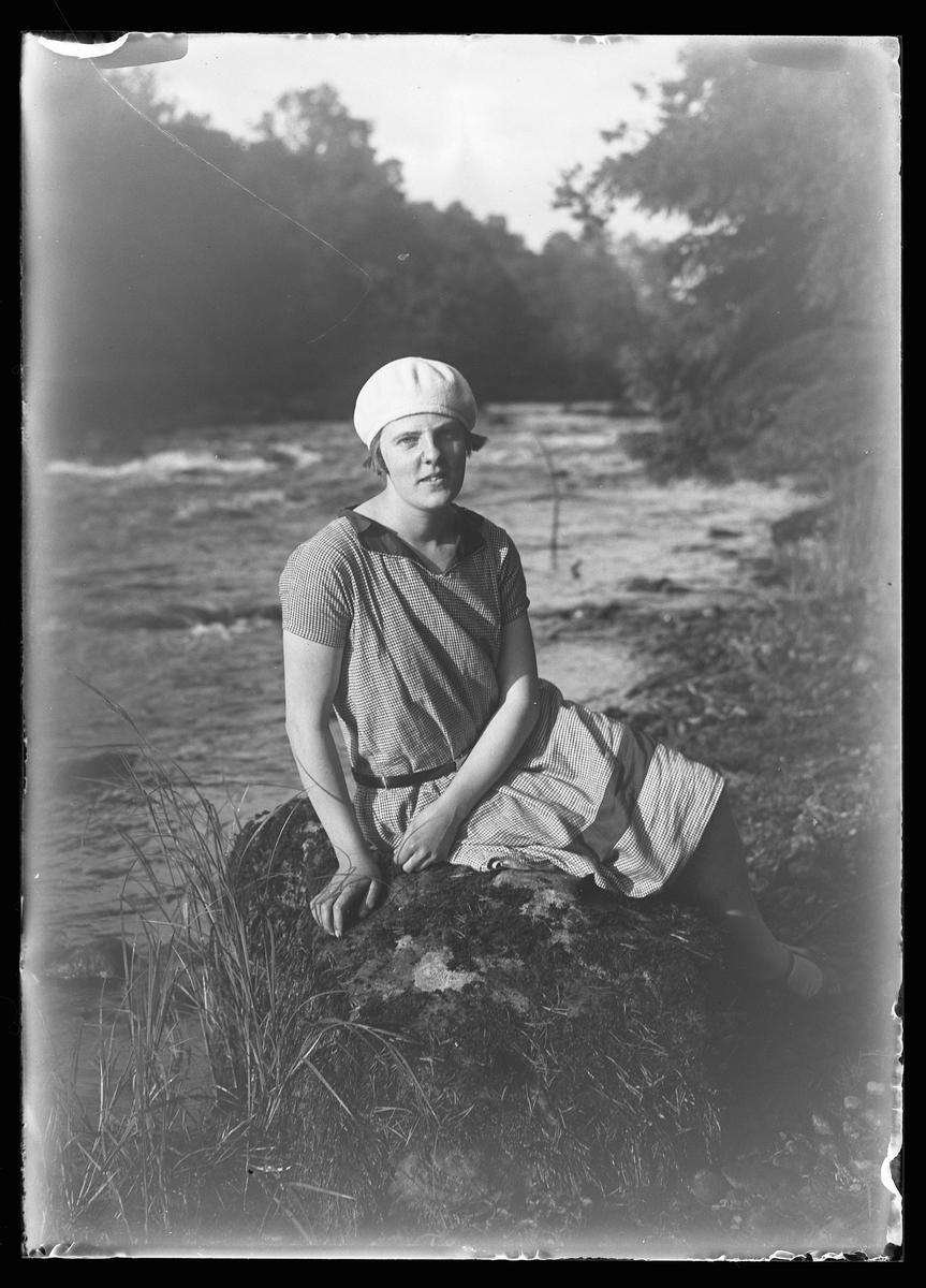 """Porträtt av Lizzie Skoglund. I fotografens egna anteckningar står det: """"3 plåtar från Floda"""""""
