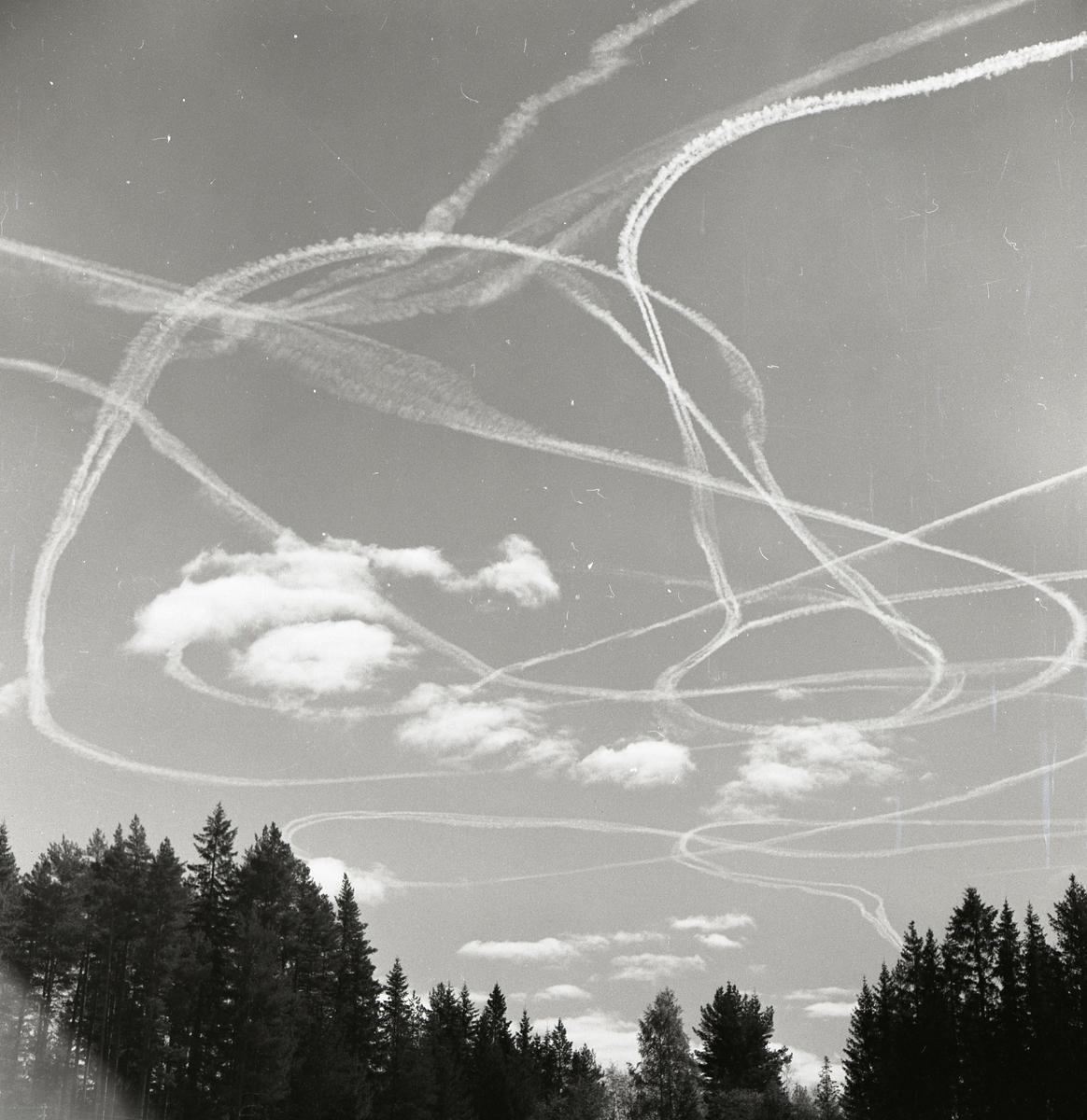 Rök efter ett flygplan på himlen den 19 maj 1959.