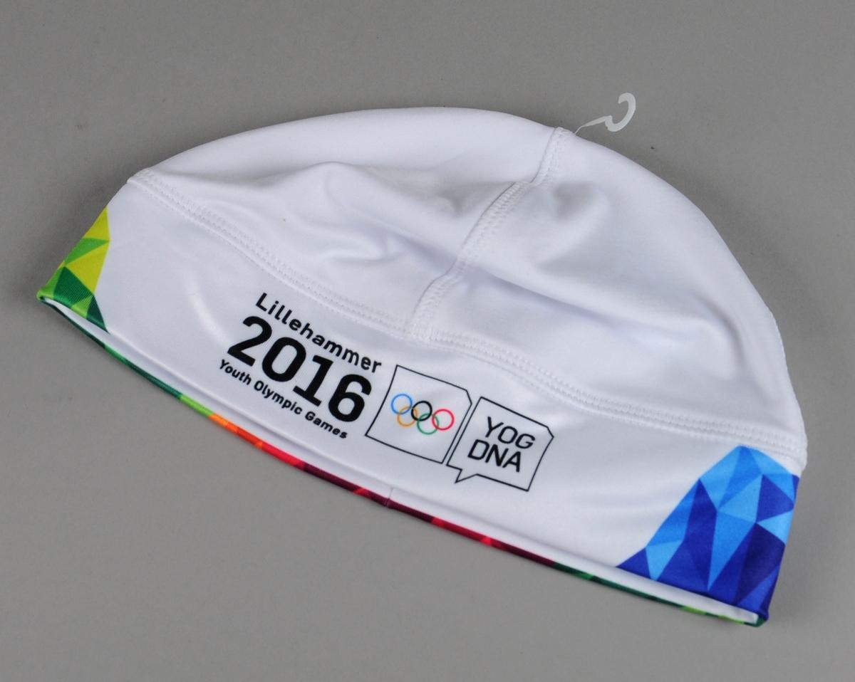 Hvit lue av polyester med elementer fra designprogrammet til Ungdoms-OL.