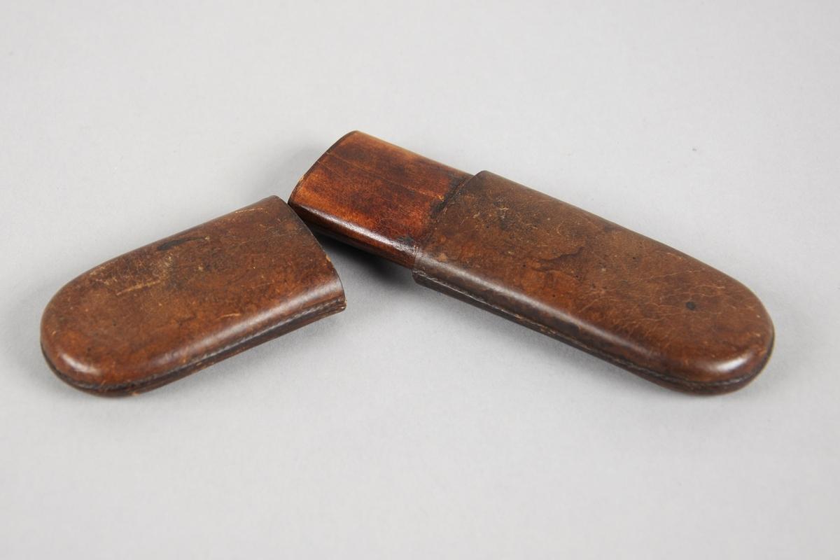 Avlangt brilleetui i skinn i to deler, der den ene delen kan stikkes inn i den andre.