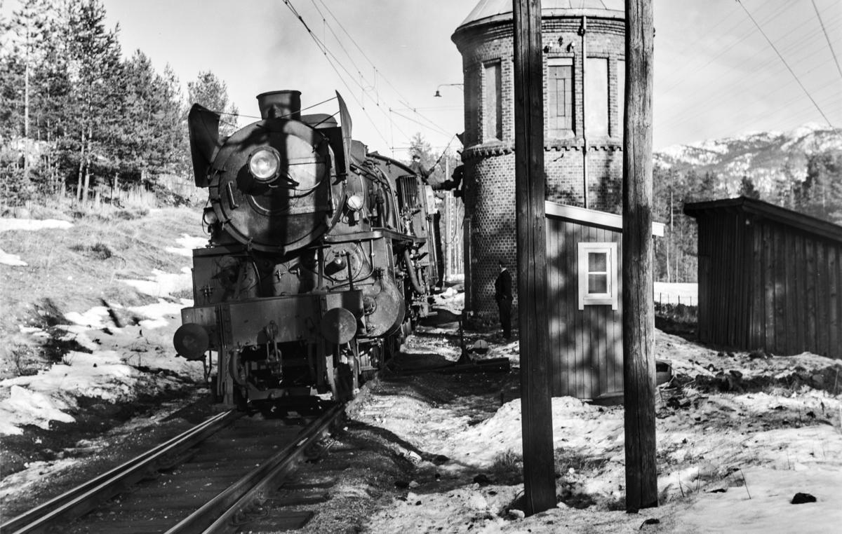 Godstog til Bergen har stanset for vannfylling på Austvoll stasjon. Toget trekkes av damplokomotiv type 31b nr. 418