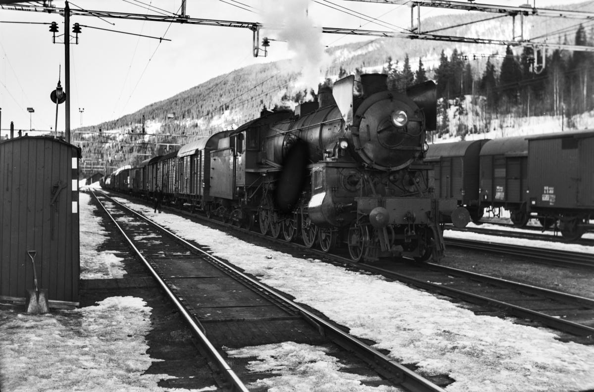 Godstog til Bergen på Ål stasjon. Goget trekkes av damplokomotiv type 31b nr. 418.