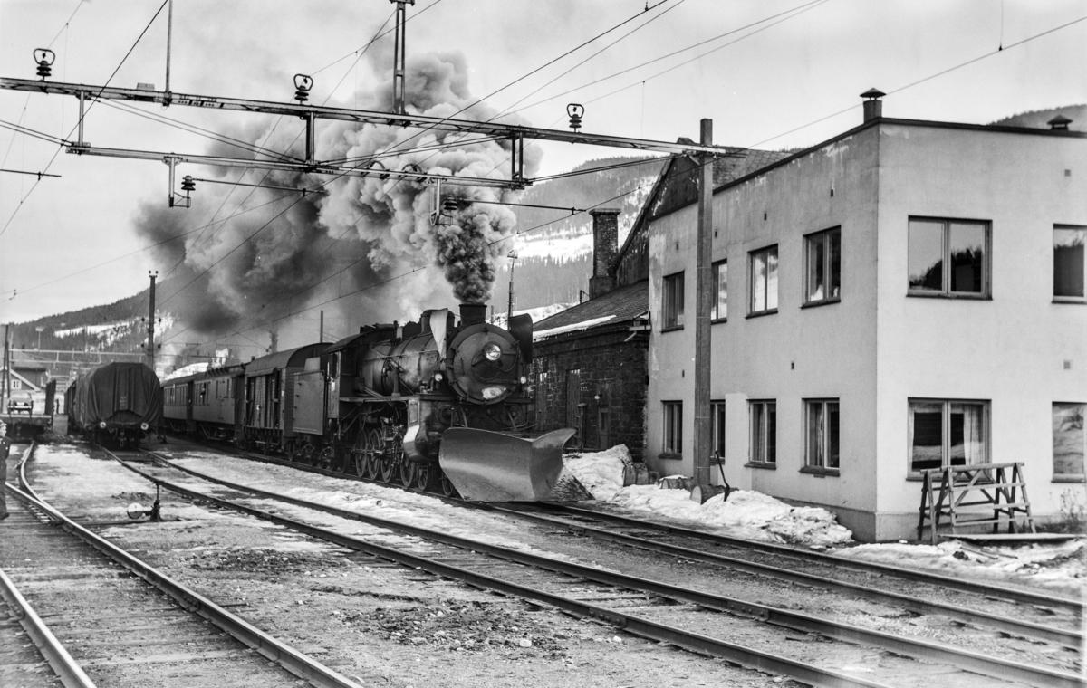 Ekstratog fra Oslo Ø i forbindelse med påskeutfarten, tog 7607, kjører ut fra Ål stasjon. Toget trekkes av damplokomotiv type 31b nr. 418.
