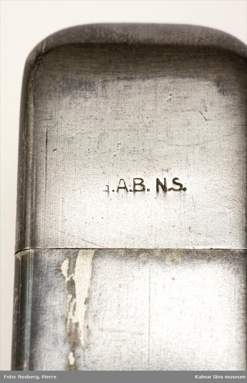 KLM 24967 Sockerdosa, av nysilver, med lock. Påskrift, Lilla riksvapnet samt text och stämplar: Tre kronor, Socker 1916, G.A.B. N.S. Det vill säga Guldsmedsaktiebolaget och nysilver. Sockerdosa från första världskriget.