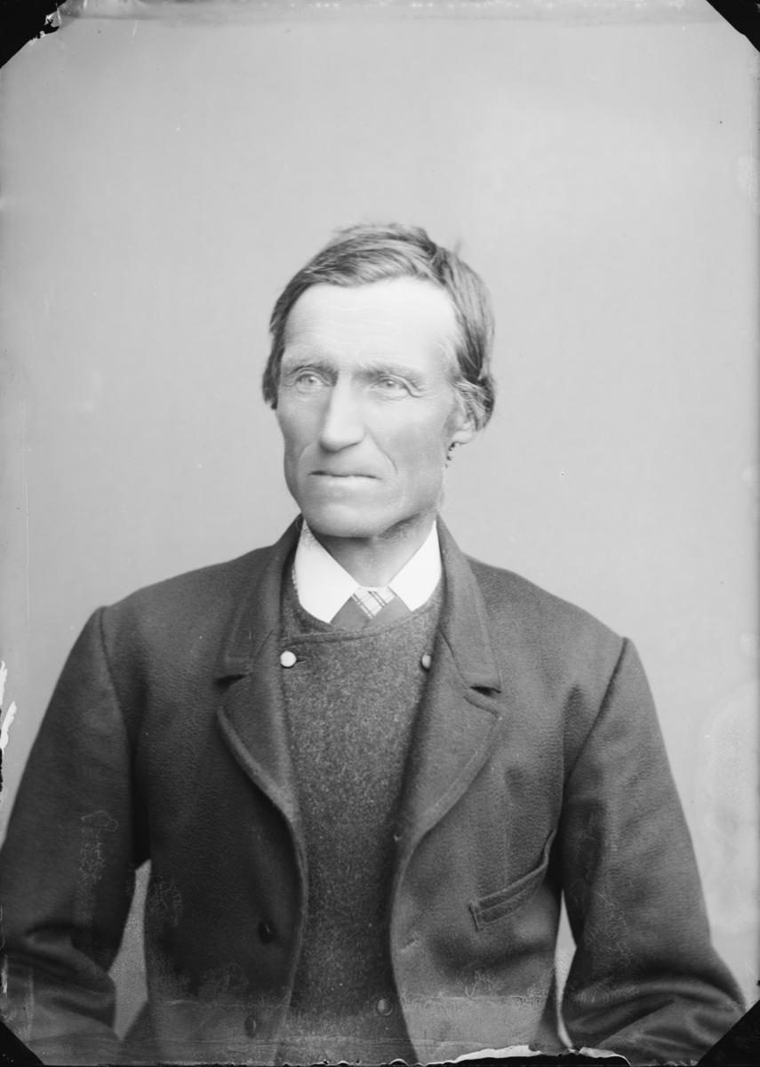 Paul Olssen Øverlie, født i Mølmen 1838, død 1900. Far til fotograf Mathias Paulsen Lien. Familiebilde, se MPL-0209