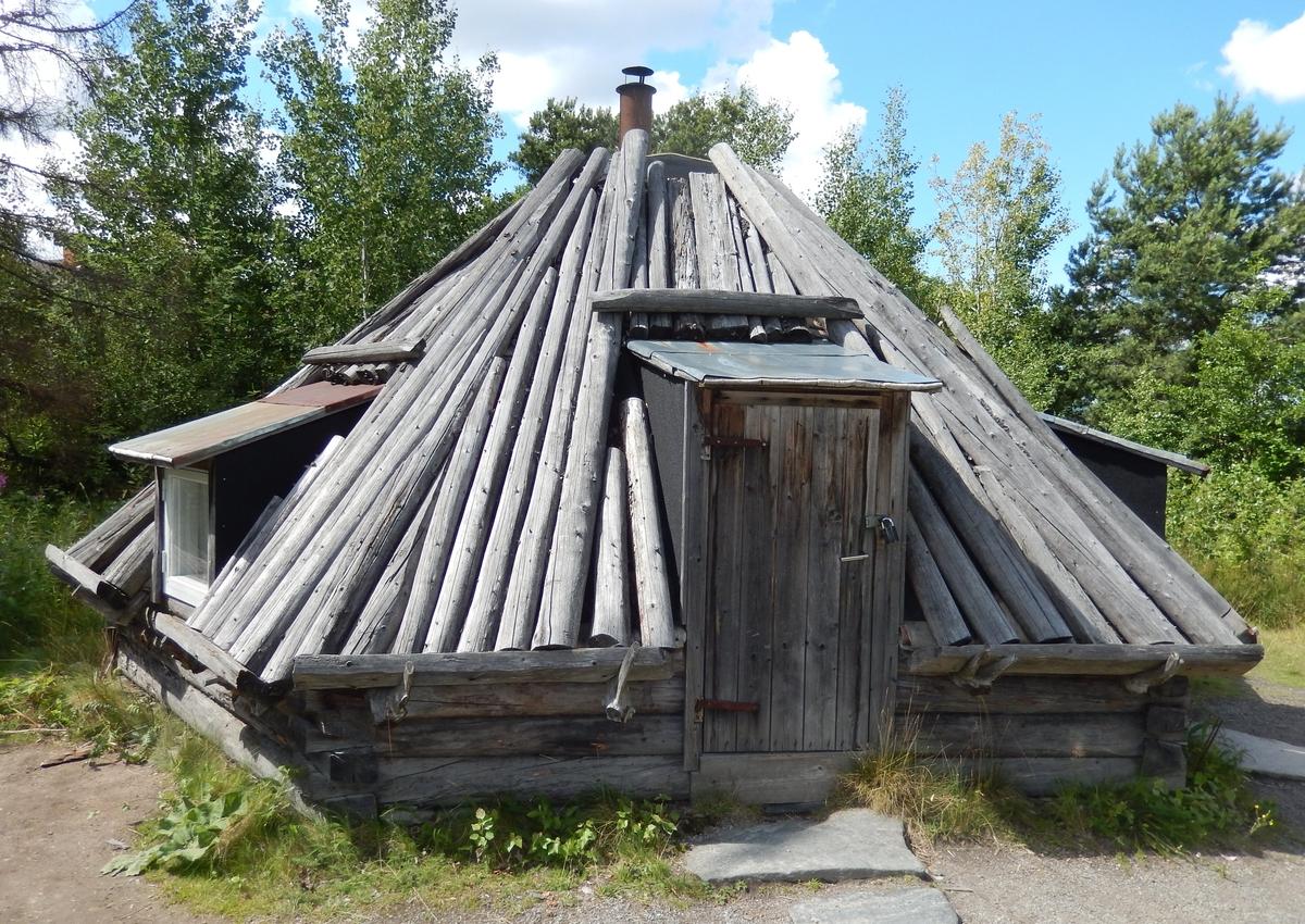 Timmerkåtan i Saemien sïjte är en sexkantig timrad kåta. Taket har näver som tätskikt samt takved. I takfallen finns en takkupa med fönster på takfallet mittemot varandra. Skorstenen består av ett plåtrör.  Timmerkåtan uppfördes 2006 som en kopia av en kåta i Vaektergietjije (Väktardalen), ett sommarviste  i Raedtievarie sameby.