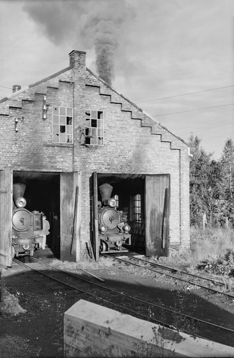 Damplokomotiv nr. 5 Bjørkelangen (t.v) og damplokomotiv nr. 7 Prydz i verkstedet på Bjørkelangen