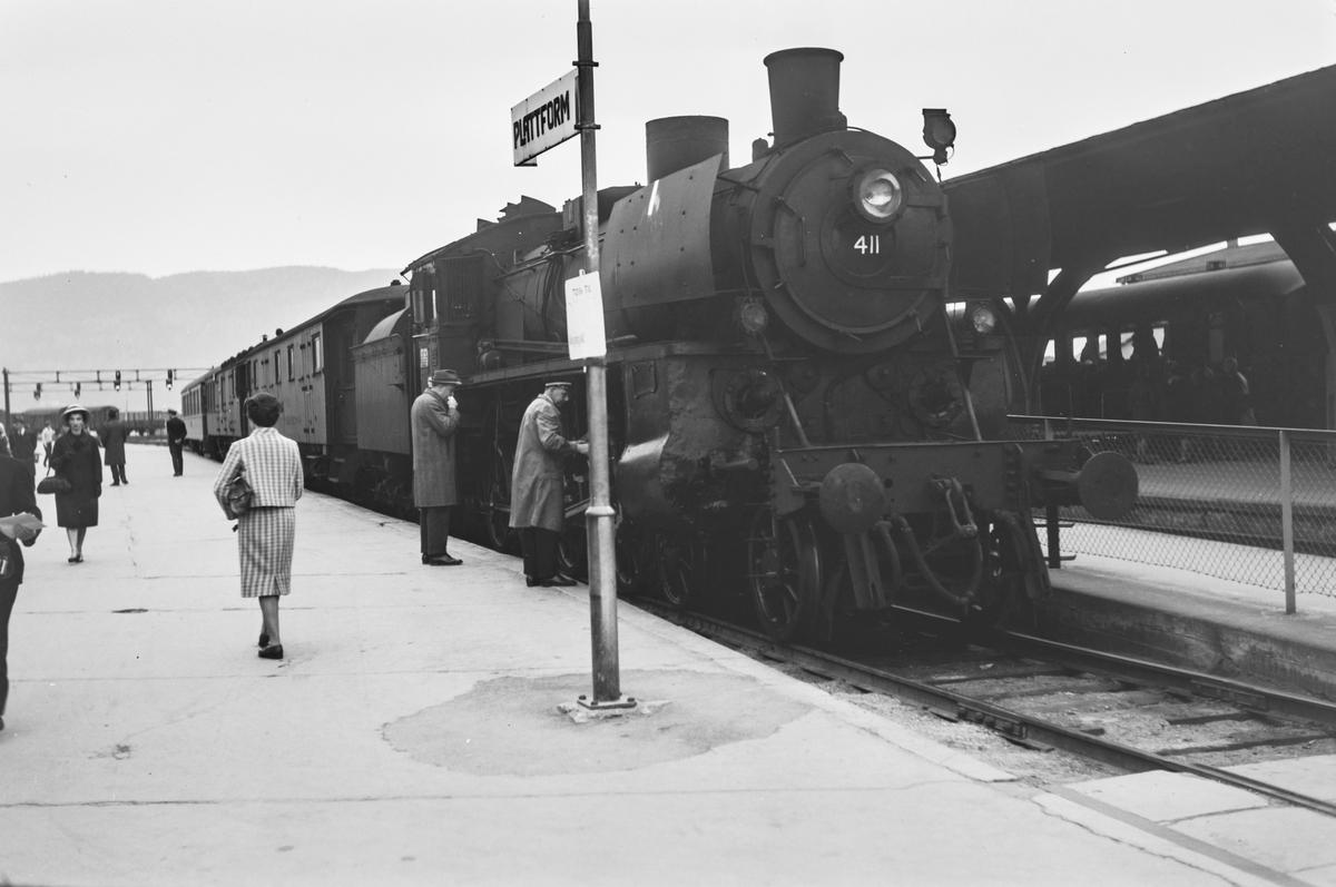 Dagtoget fra Oslo Ø over Røros, tog 301, på Trondheim stasjon. Toget trekkes av damplokomotiv type 26c nr. 411.