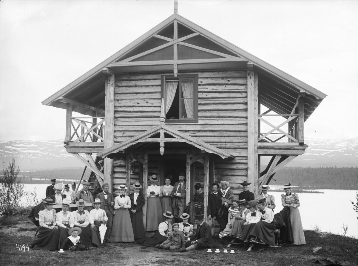 Gaalaagjester ved peisestua på Fefor høyfjellhotell.