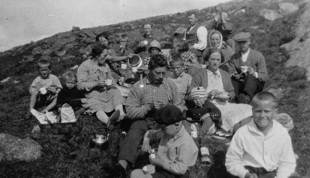 """Naboar på Kalberggarden på """"Søndagstur på fjedlet"""". Fam. Johan Eikeland, fam. Bård Austenå, fam. Betuel Kalberg, fam. Abraham Kalberg."""