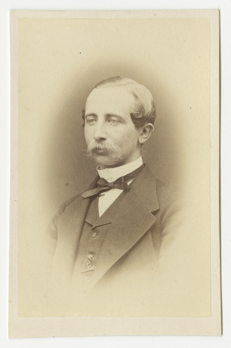 Porträtt av Georg Elieser Holmin, officer vid Livregementets grenadjärkår.  Se även bild AMA.0007595, AMA.0009383 och AMA.0009535.