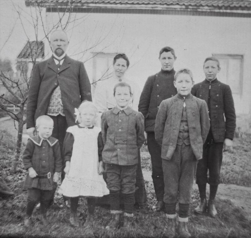 På dette bildet fra ca. 1908, er hele familien samlet.