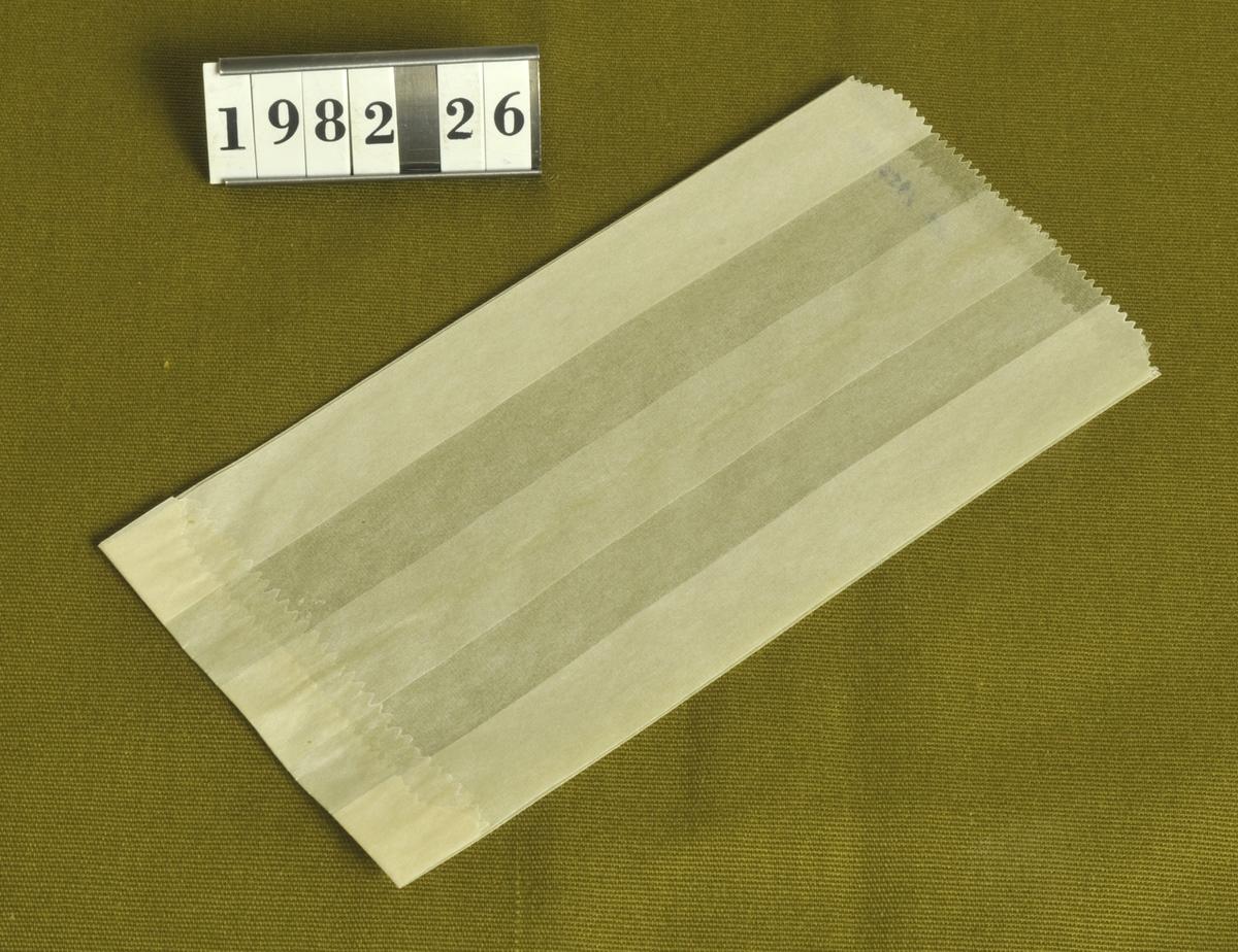 Av vaxat papper.  Storlek: 8 x 16,5 cm.