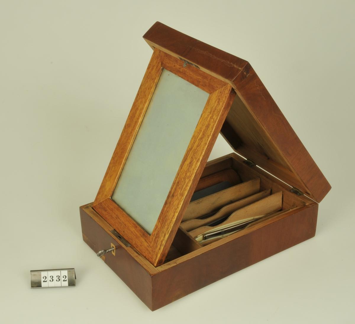 I lådan är 11 st. rakknivar placerade.  Rakknivarna är en gåva av fru Gustava Adelsköld och överlämnades samtidigt med andra föremål.   Raklådan har även tillhört hr H.M. Bratt, Alingsås.