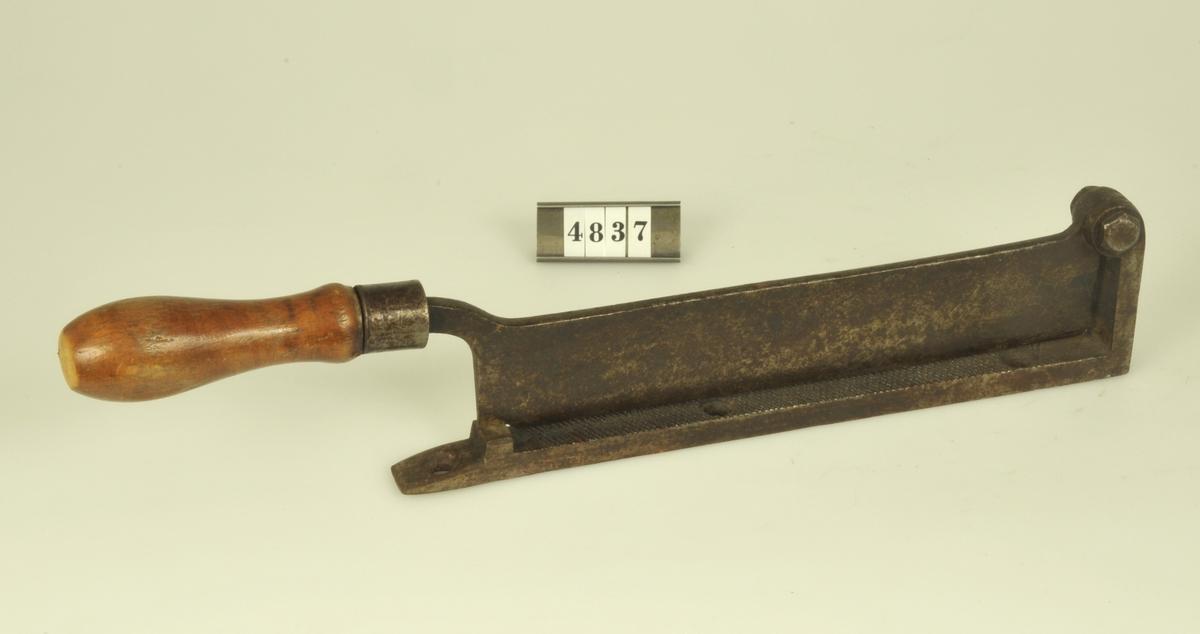 Med handtag av trä.  Längd: 37 cm med handtag.