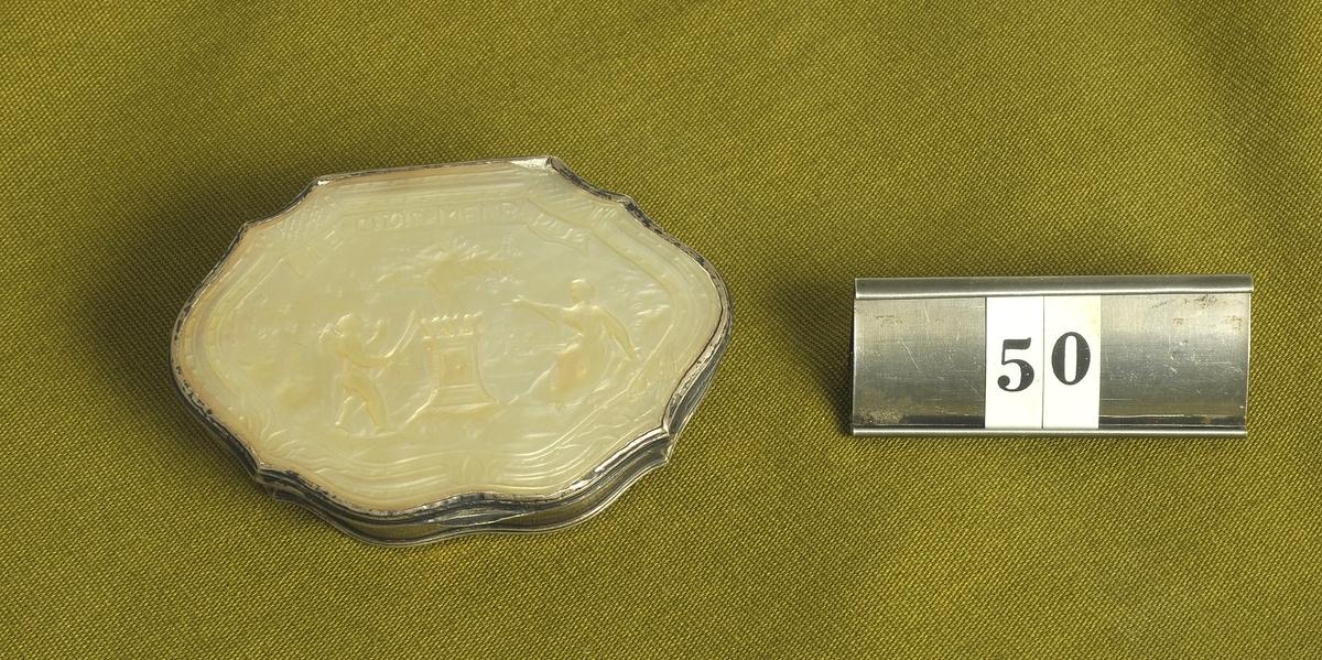 Ornerat pärlemorarbete inom ram av silver.  Av givaren inköpt på auktion efter frk. H. Grundell, Alingsås.  Modell/Fabrikat/typ: Rokokoarbete