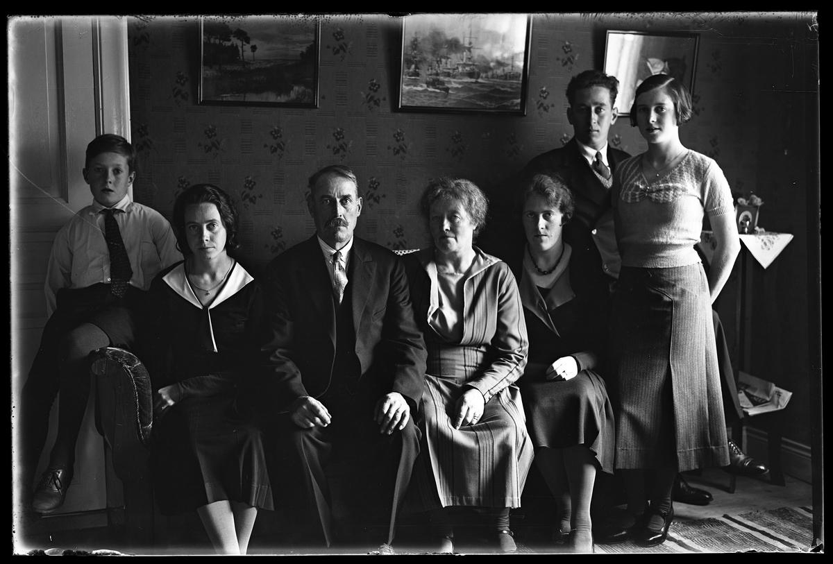 """Familjeporträtt på familj bestående an fyra kvinnor och tre män i olika åldrar. I fotografens anteckningar står det """"Antonssons, Vadsjö""""."""