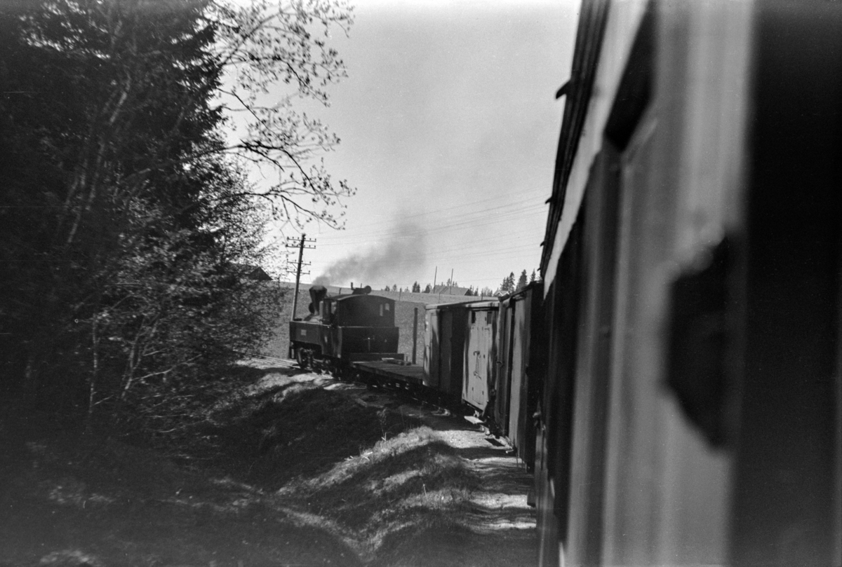 Blandet tog fra Skulerud til Sørumsand, mellom Aurskog og Killingmo. Toget trekkes av damplokomotiv nr. 6 HØLAND.
