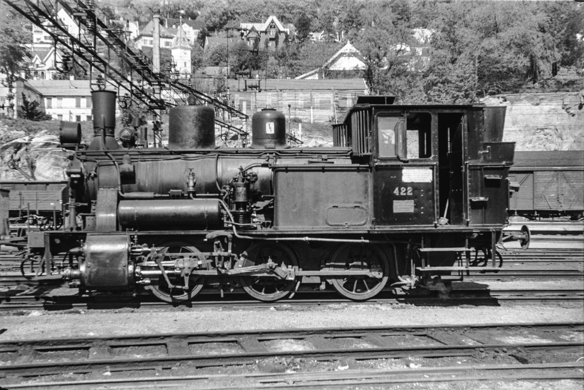Damplokomotiv type 25d nr. 422 ved lokomotivstallen på Bergen stasjon.