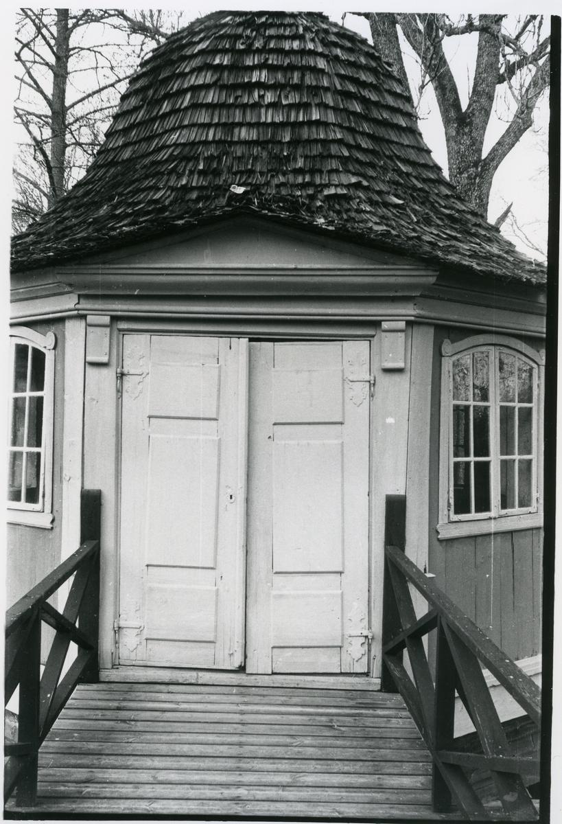 Gunnilbo sn, Bockhammar. Ebba Brahes lusthus som ligger på en holme i bruksdammen. Dörrpar.