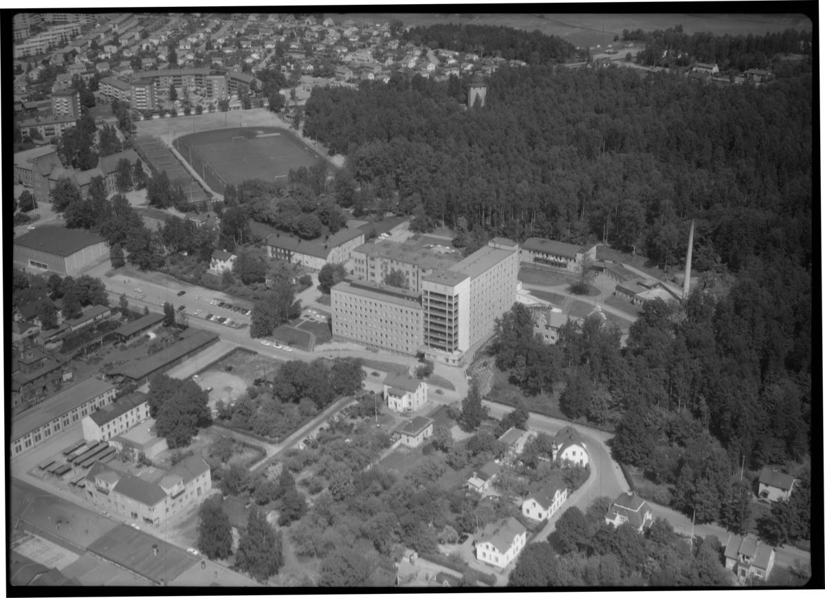 Flygfoto över Köpings Lasarett, Köping. Tagen 1965 av AB Flygtrafik Dals Långed.