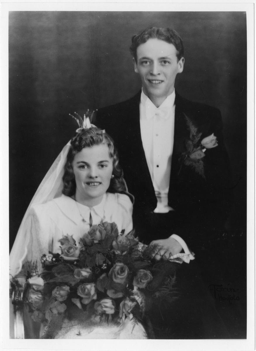 Bröllopsbild på Åke Lindqvist och Anna Viola Sand vid deras vigsel 6 april 1940. På 1960-talet lät paret en bekant handkolorera bröllopsfotot.