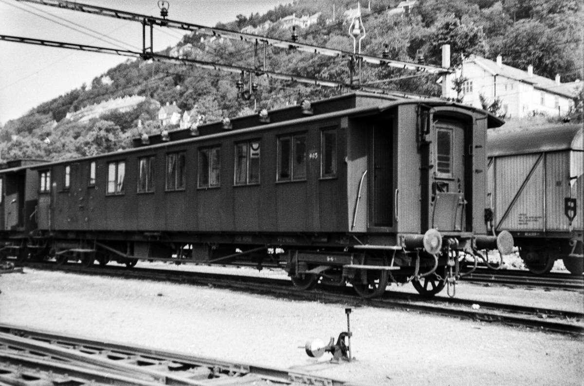 Person-, reisegods- og konduktørvogn litra  BFo2b type 1 nr. 965 på Bergen stasjon.
