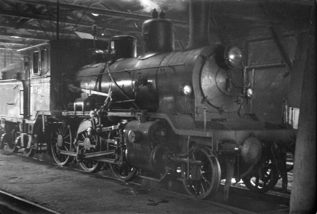 Damplokomotiv type 21c nr. 371 i lokomotivstallen på Lillestrøm stasjon.