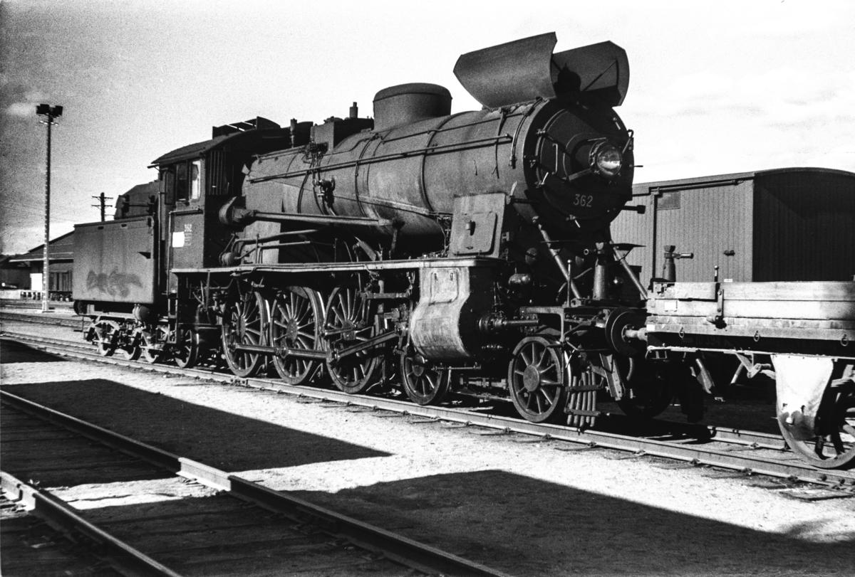 Damplokomotiv type 30b nr. 362 med godstog på Elverum stasjon.