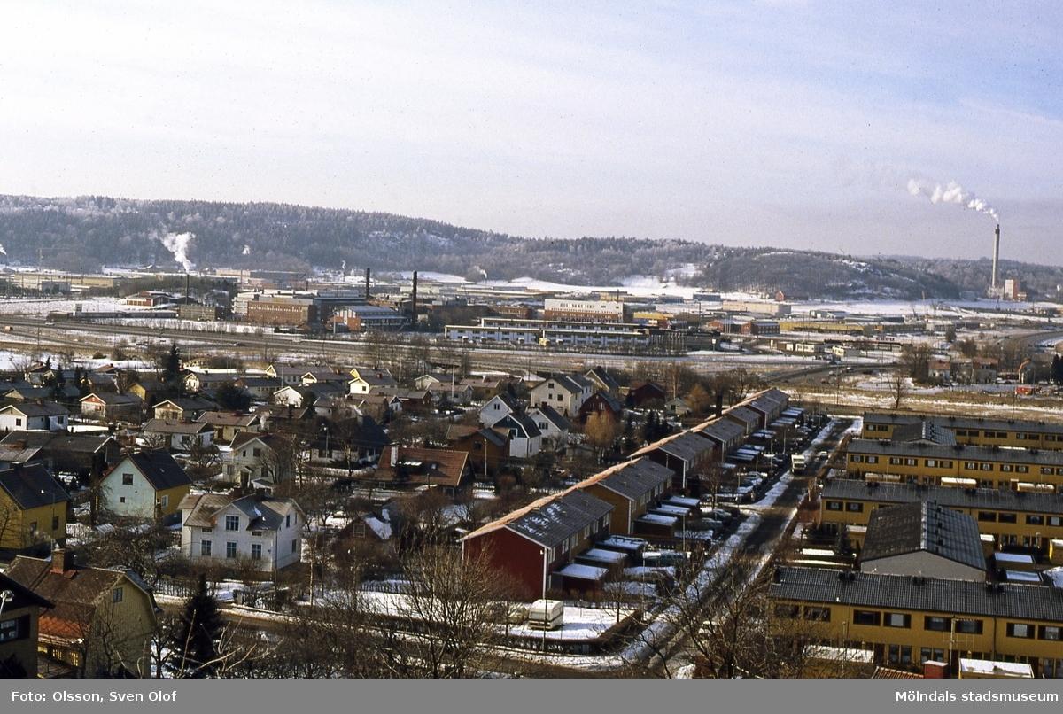 Vinter i Mölndal, år 1987. Vy med Brännås i förgrunden och på andra sidan Kungsbackaleden ses Åbro industriområde och Kärra.