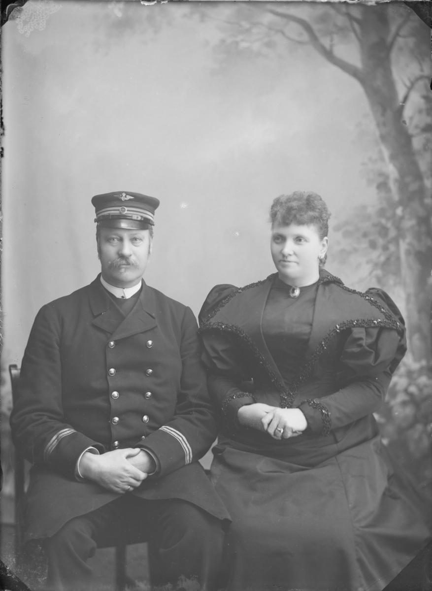 Jernbaneansatt mann (antatt stasjonsmester) med frue