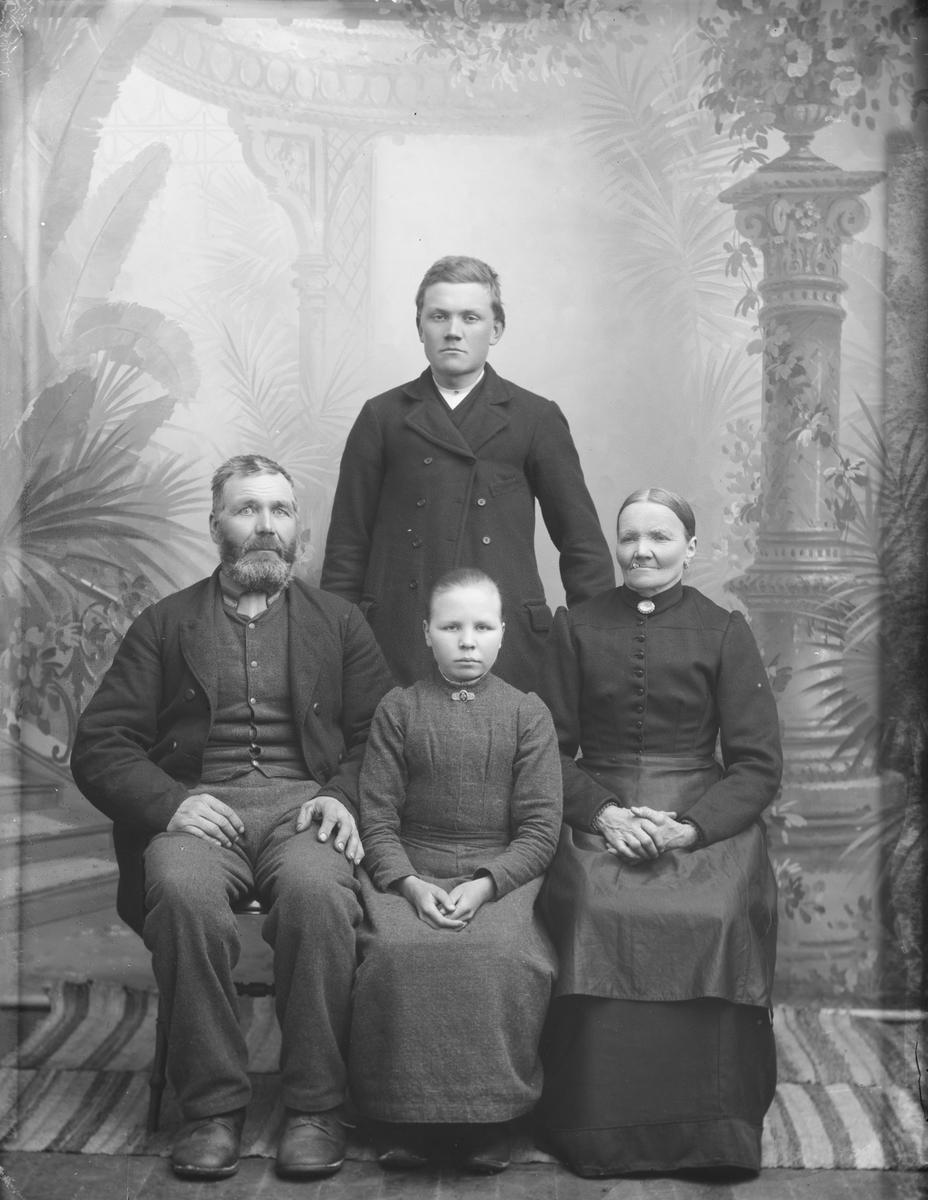 Ole Erlandsen Barrustmoen, født 1844 med kona Beret Engebretsdatter, født 1838 og barna Engebret, født 1872 og Karen født 1882.