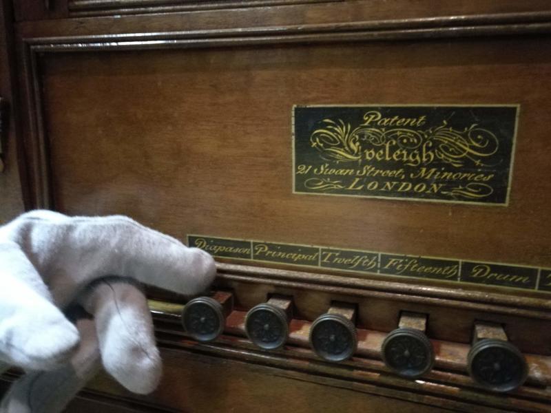 Dette dreiepositivet har fire ulike klanger og hadde 16 ulike toner i registret. I tillegg kan du velge om du vil ha lyden av tromme og triangel. Når du trekker i knottene får du lyden av et helt orkester. Her hadde man muligheten til hygge på en lørdag kveld! Foto Ringve Musikkmuseum (Foto/Photo)