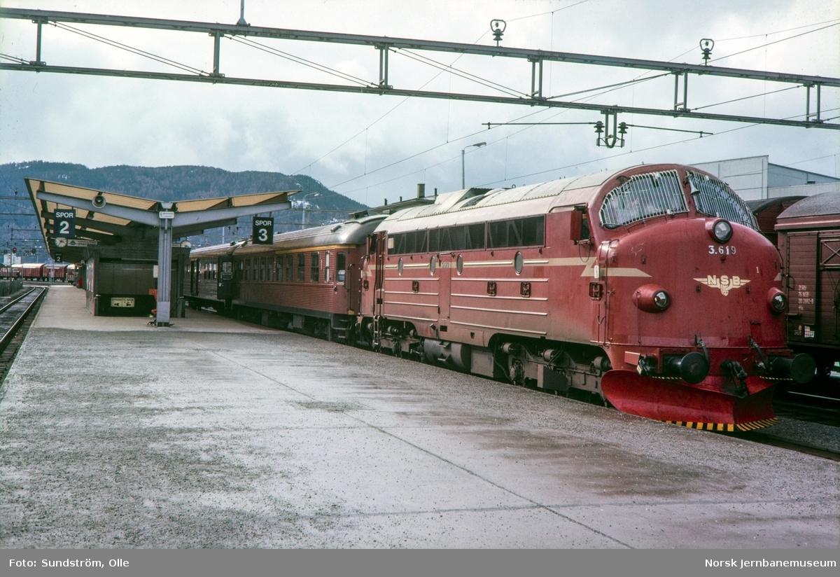 Diesellokomotiv type Di 3 nr. 619 med persontog 423 til Stockholm på Trondheim stasjon.