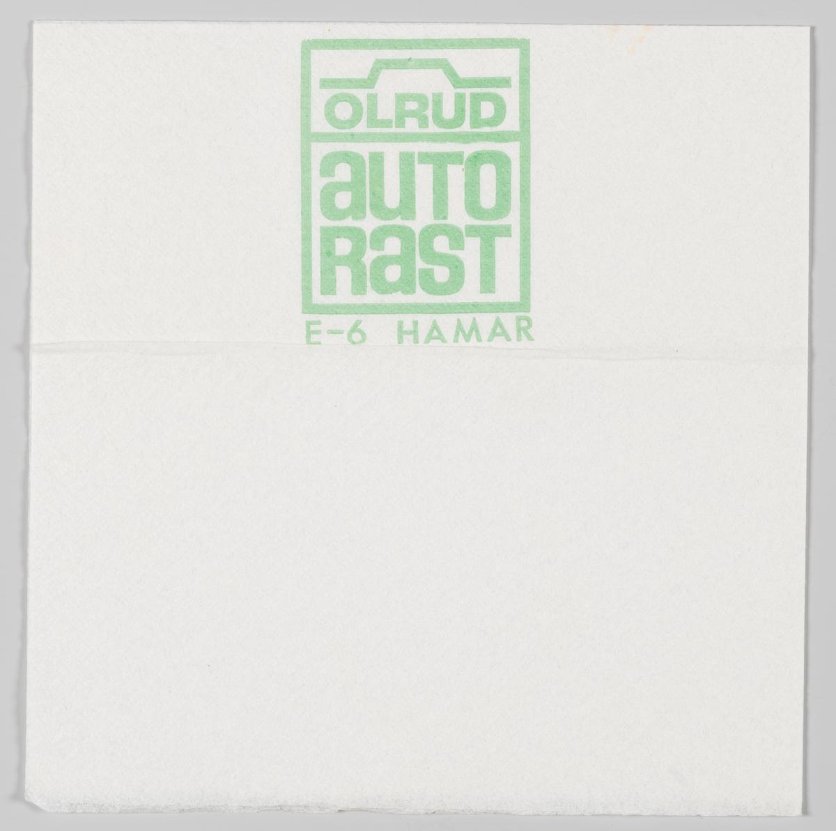 En firkantet ramme med omrisset av en bil og en reklametekst for Olrud Autorast ved E6 på Furnes/Hamar.  Olrud Auto Rast i Furnes ble påbegynt i 1966 og ferdig utbygd med motorhotell i 1968.  Reklame for samme firma på MIA.00007-004-0289.