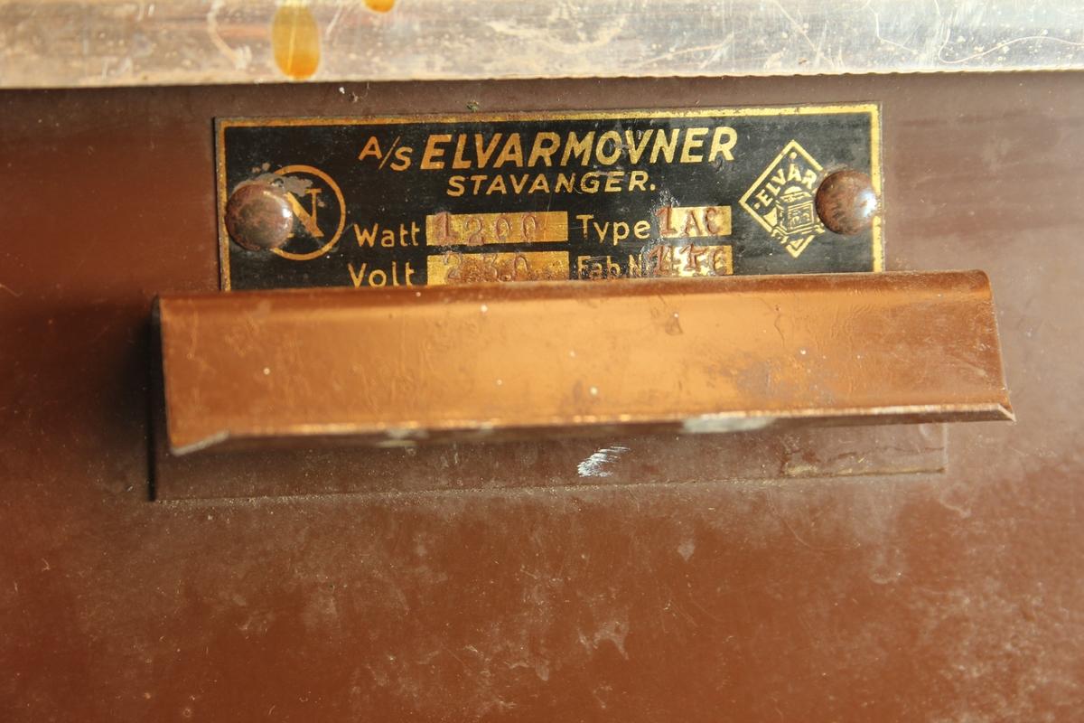 Elektrisk varmeomn.  To stavar med glødetråd, gitter, to brytarar bak, leidning m/støpsel. Topplata laus i eine enden.