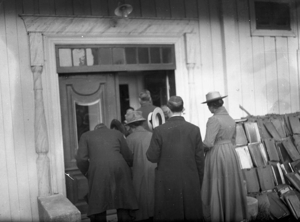 Mennesker på vei inn døra,Tårnborg.