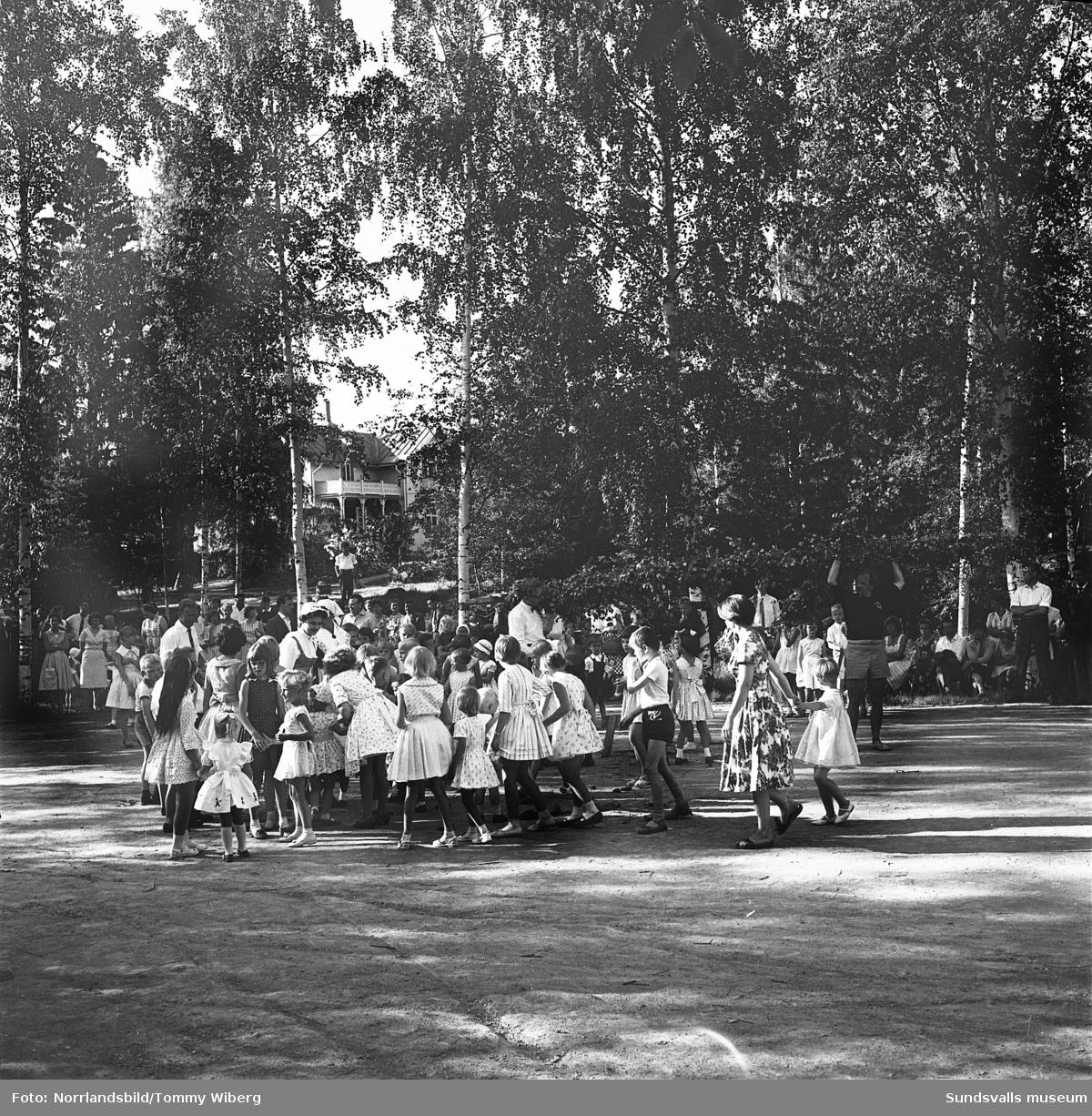 Midsommarfirande med dans och lekar vid Granli, Petersvik.