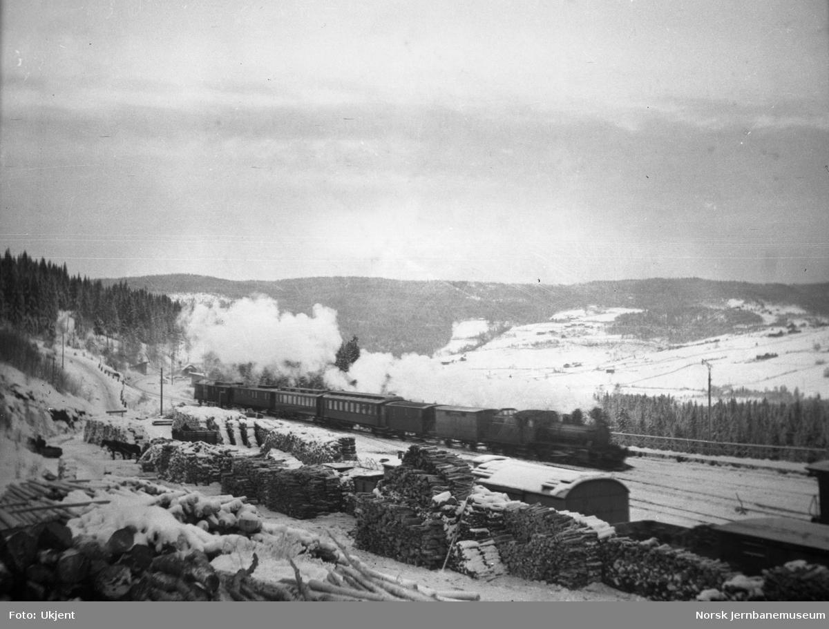 Dombås stasjon med ankommende persontog sørfra