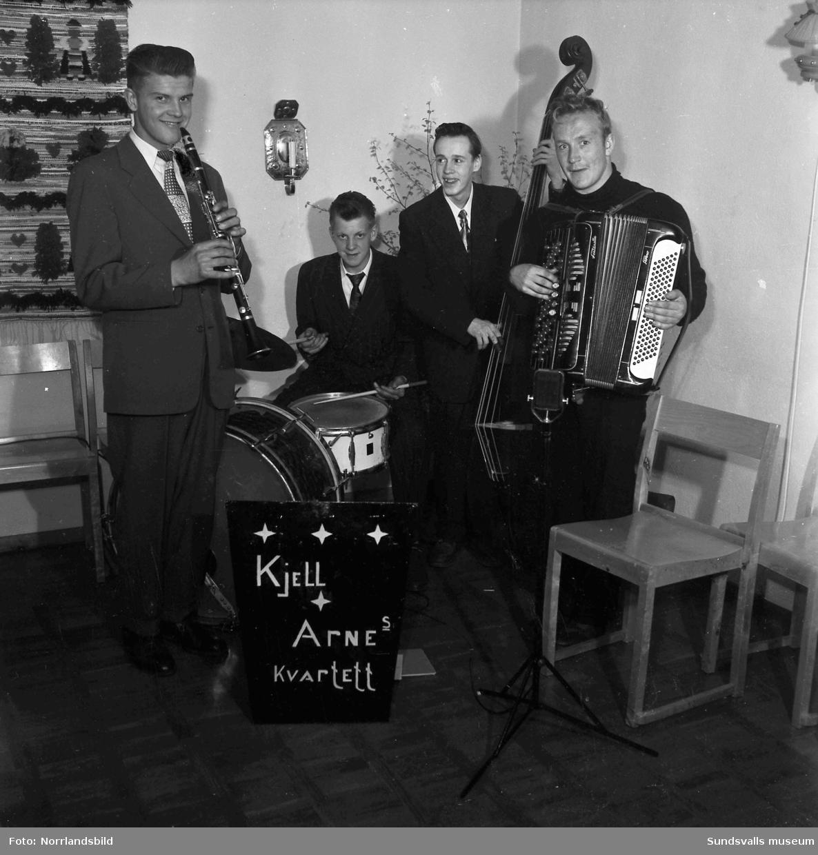Personalfest för restaurangpersonal med underhållning av Kjell-Arnes kvartett.