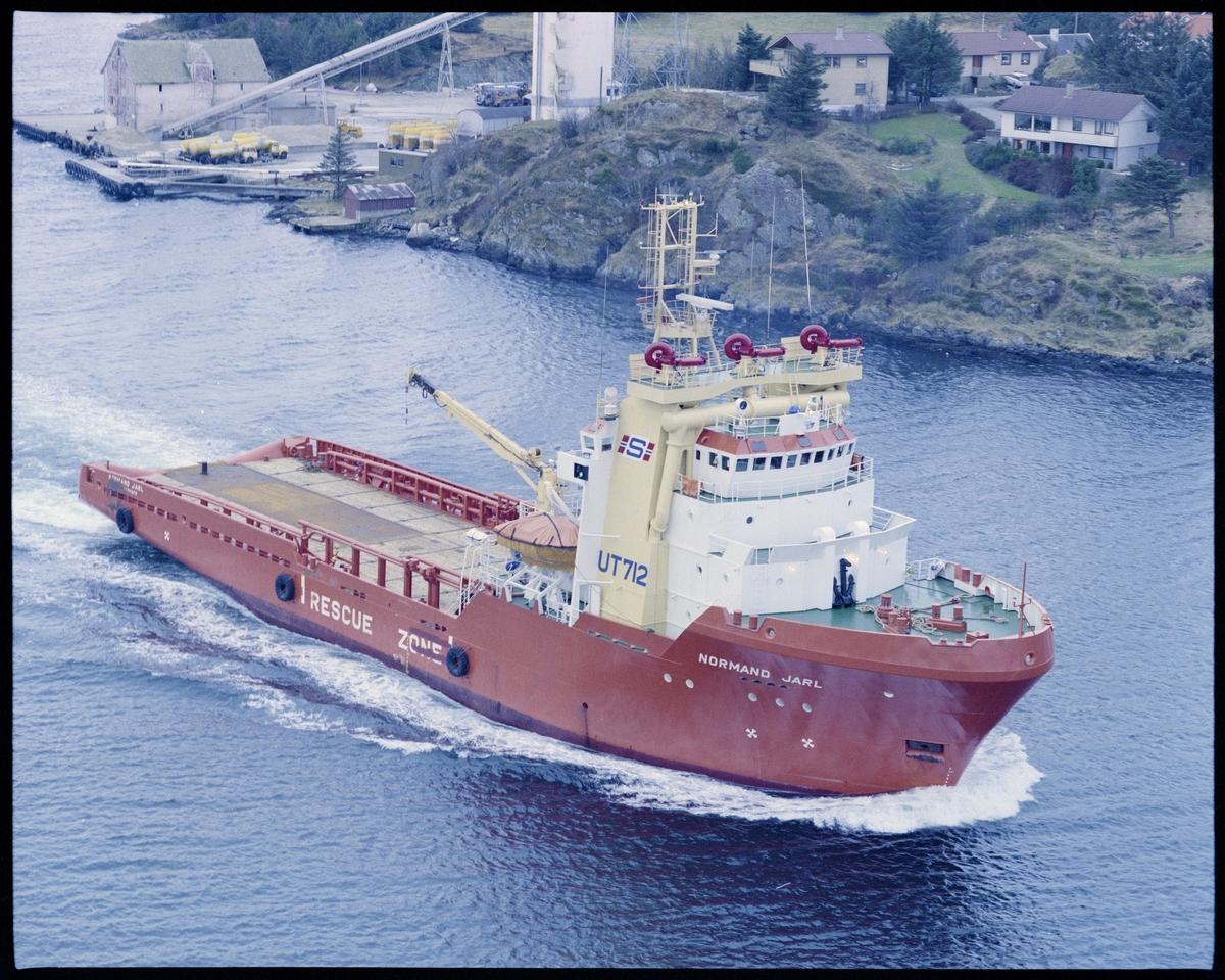 """Solstad Shipping A/S sitt supplyskip """"Normand Jarl""""passerer Salhus på Karmøy."""
