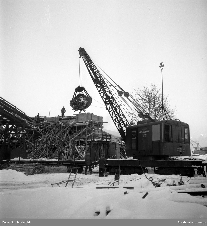 Vedkran i timmerupplaget på Östrandsfabriken.